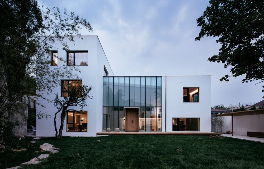 Atelier_About_Architecture_House_W_streetscape-915x587